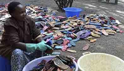 """Kenia convierte  en arte la basura que """"escupe"""" el mar"""