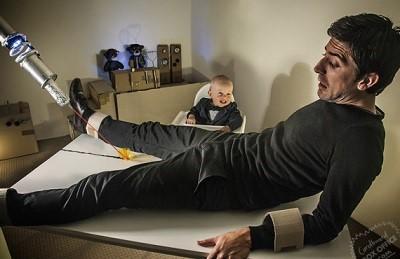 Padres recrean escenas de películas con su bebé y causan furor en la web