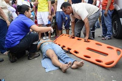 Tres personas resultan heridas tras ser impactadas por un auto