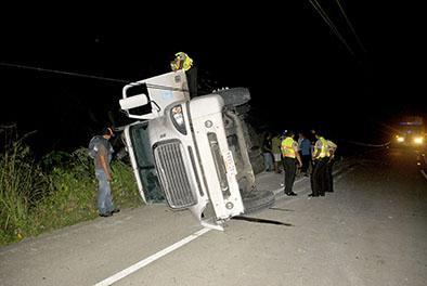 Camión con víveres se vuelca en Santa Rita