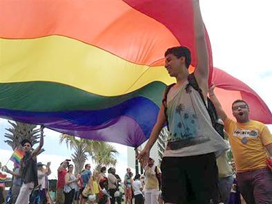 Militares en desfile gay