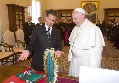 Peña Nieto le obsequia al papa una camiseta de la selección de México