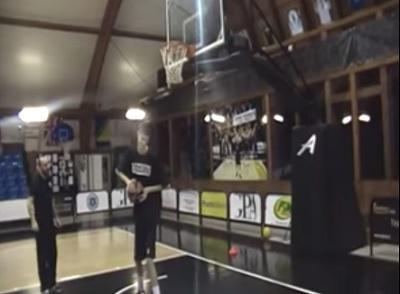 Niño rumano mide 2,26 metros y brilla en el básquet europeo (video)
