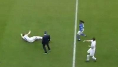 José Mourinho se mete a la cancha durante un juego y provoca una falta (video)