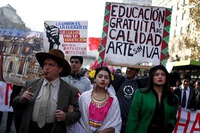 Estudiantes chilenos marchan contra la reforma a la educación de Bachelet