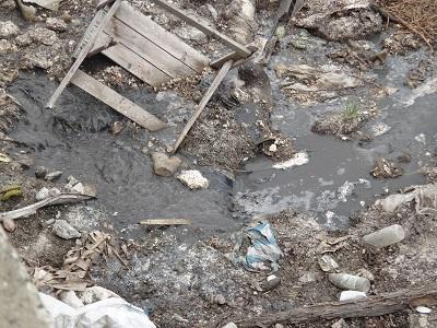 Aguas negras fugan por tubos enterrados