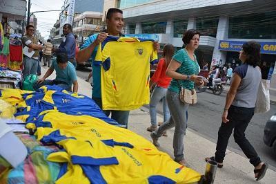 Camisetas de Ecuador 'pintan' las calles de Santo Domingo