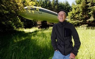 Estadounidense vive en un avión, en medio del bosque