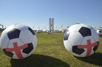 Usan balones gigantes para protestar contra el Mundial en Copacabana
