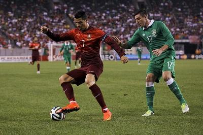 Cristiano Ronaldo participa en goleada de Portugal a Irlanda, por 5-1