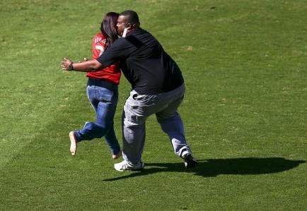 Adolescente cae de una grada y resulta herida al intentar tocar a Cristiano Ronaldo