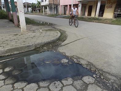 Aguas servidas causan problemas en el centro