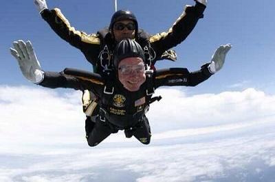 George Bush salta en paracaídas para celebrar su cumpleaños