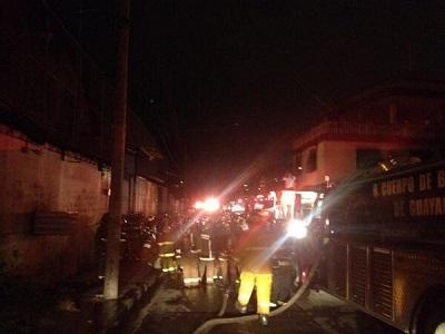 Declaran emergencia tras incendio que generó una nube tóxica