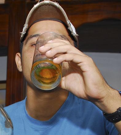 Lo obligan a beber una sustancia