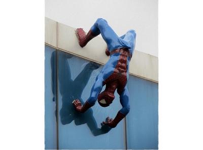 Retiran escultura de Spiderman con erección
