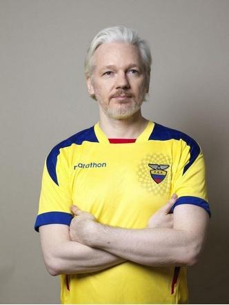 Assange se pone la camiseta de Ecuador un día antes del debut mundialista