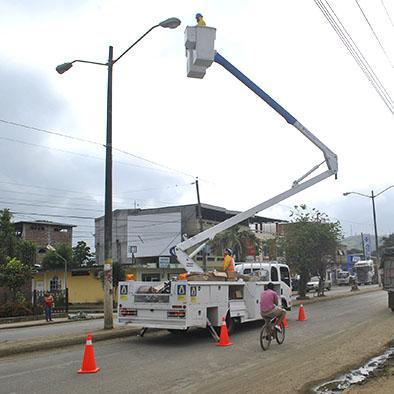Se cambian luminarias defectuosas e instalan nuevas en comunidades