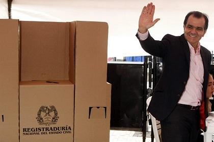 Zuluaga reconoce derrota y felicita al presidente Santos