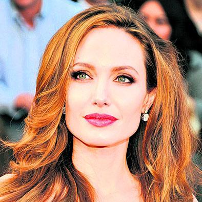 Jolie recibe mérito de la reina isabel