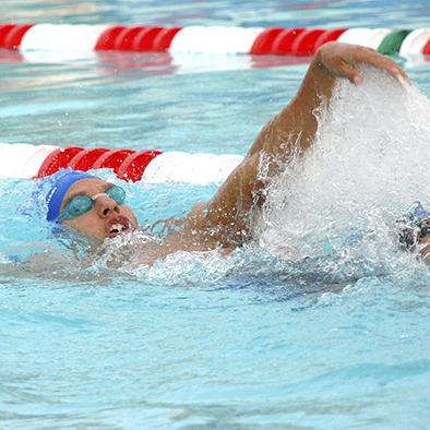 Nadar fortalece músculos y regenera