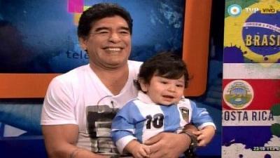 Maradona presenta a su hijo en televisión y lo viste con la camiseta de Messi