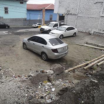 Utilizan terrenos baldíos como estacionamientos