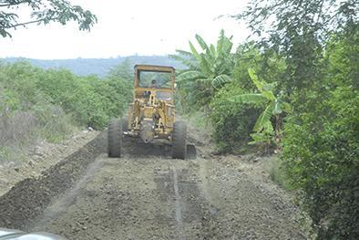 Construyen vías en los Palacios y Limón Adentro