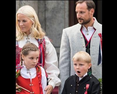 Critican a príncipes noruegos por cambiar a sus hijos a una escuela privada