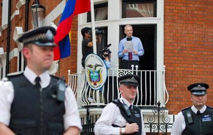 Patiño condena 'clamoroso silencio' de la prensa que se benefició de Assange