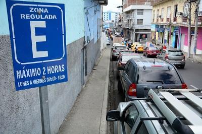 El cobro por parqueo de vehículos continuará