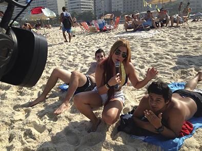 Sofía Caiche realiza notas  en playas brasileñas