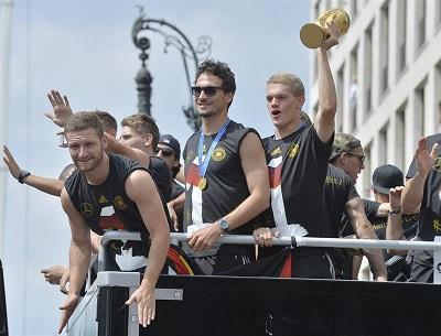La Selección de Alemania es recibida por la euforia de miles de hinchas