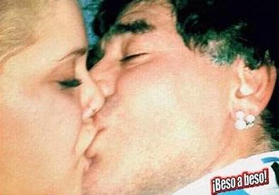 La nueva novia de Diego Maradona ha protagonizado videos y fotos candentes