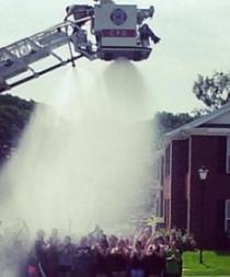 Cuatro bomberos heridos al participar en el reto benéfico del balde de hielo
