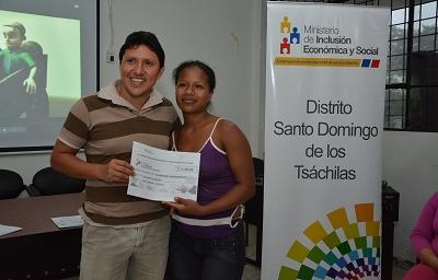 Mujeres emprendedoras reciben créditos en Santo Domingo