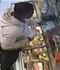 Video: Utilizó un plátano para robar una tienda