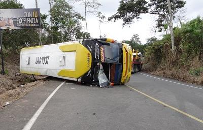 Volcamiento de bus dejó un muerto y 20 heridos