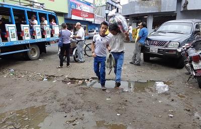 Lodazal en la calle Cotacachi perjudica a comerciantes