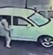 Video: Mujer se enfrenta a un ladrón para impedir que se lleve su auto