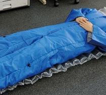 Crean un traje cama para dormir en cualquier sitio