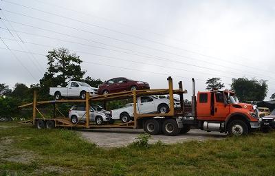 Roban dos camionetas en un asalto de