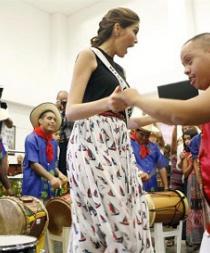 Miss Universo visita a niños discapacitados en ciudad colombiana de Yumbo