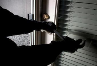 Delincuentes robaron en tres domicilios de Santo Domingo