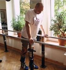 Hombre con parálisis vuelve a caminar gracias a un tratamiento pionero