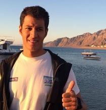 Hombre logra unir los 5 continentes a nado tras travesía en el mar Rojo