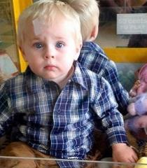 Niño de 18 meses queda encerrado en una máquina atrapapeluches (Video)