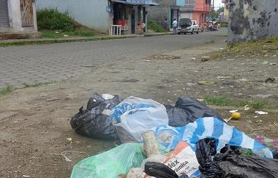Problemas con la basura en la cooperativa Bahía Colorada de Santo Domingo