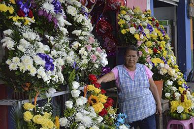 Las flores encarecieron previo al Día de los Fieles Difuntos