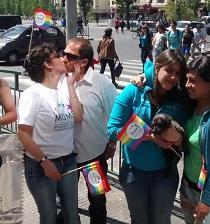 Jóvenes chilenos participan en 'besatón' en favor por la diversidad sexual